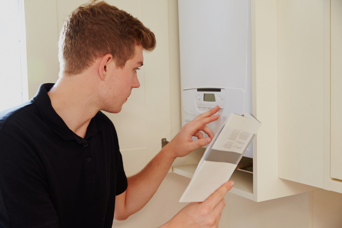 Técnico revisando una caldera de gas