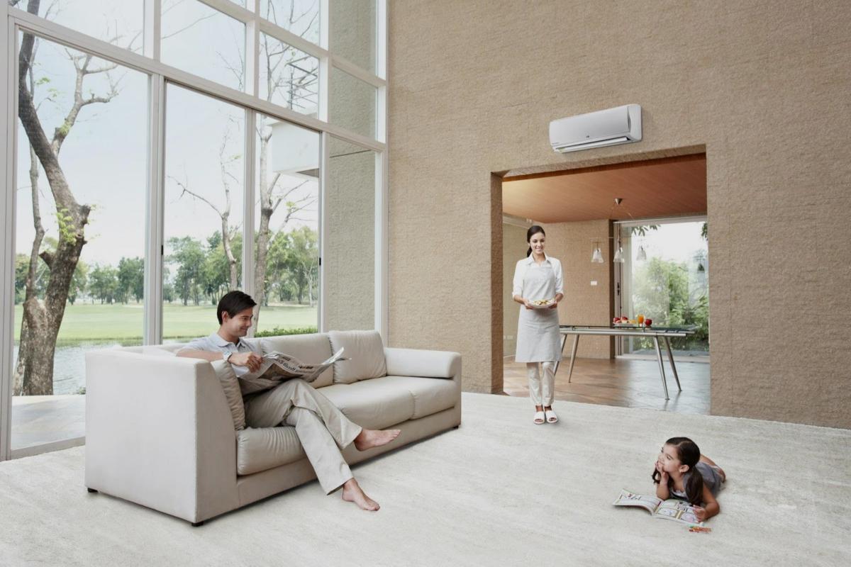 Familia en una vivienda con aire acondicionado