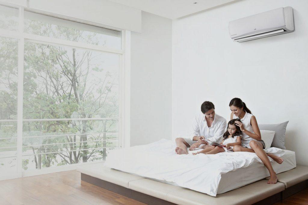 Familia en un dormitorio con un tipo de aire acondicionado