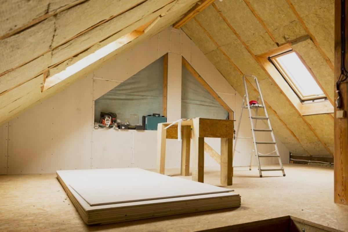 Vivienda con aislantes térmicos para paredes interiores