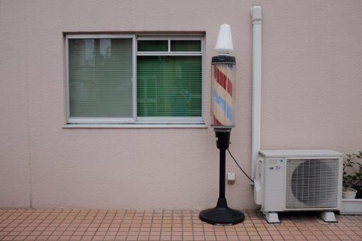 Instalación de una unidad exterior del aire acondicionado en el balcón