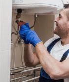 Técnico regulando la potencia de la caldera